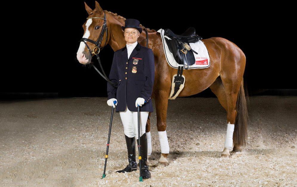 Hannelore Brenner ist erfolgreiche Dressurreiterin in den hohen Klassen. Wenn sie reitet, fällt kaum auf, dass sie körperlich behindert ist.
