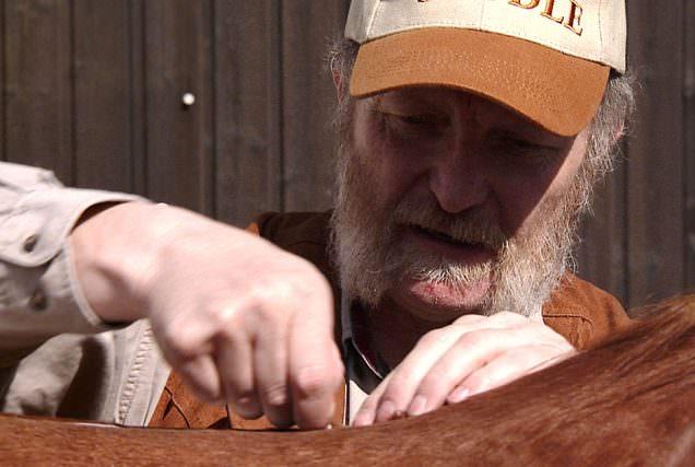 Sattler, Goldschmied und Horseman - ein Allrounder, der auch nach über 30 Jahren Berufserfahrung immer noch mit viel Freude und Spaß an seine Arbeit geht.