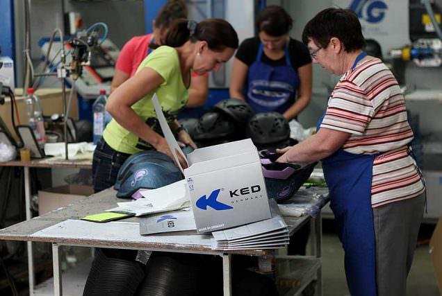 Wie genau die Produktion eines modernen Reithelms aussieht, haben wir uns bei der Firma KED in Freiberg a. Neckar zeigen lassen.