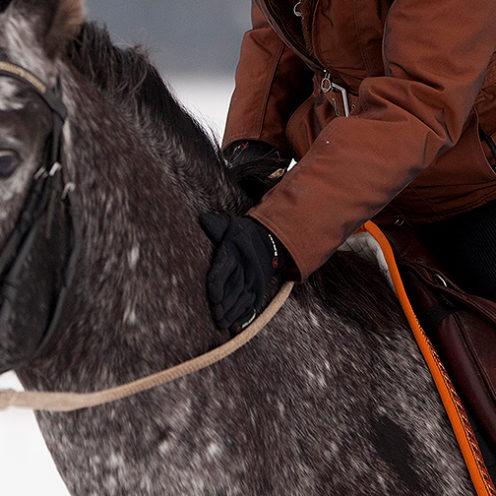 Wir haben hier einen Tipp für dich, wie du warme Hände im Winter behältst, ohne sie in riesige, fette Handschuhe zu packen.