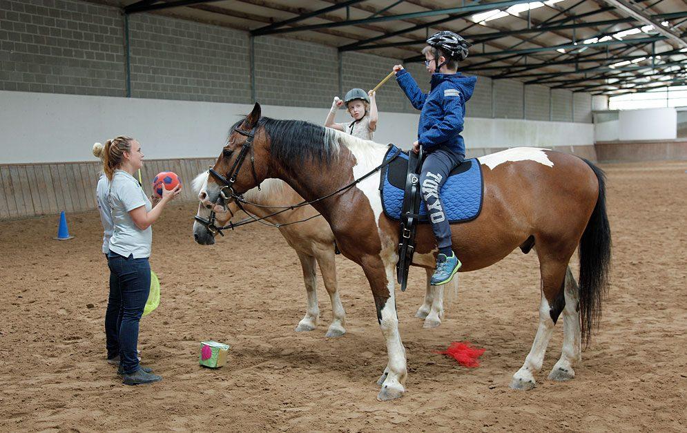 Tiergestützte Therapie mit dem Pferd - Übung Motorik und Koordination. Bereits seit dem Altertum ist die positive Wirkung des therapeutischen Reitens bekannt. Auch Maximilan profitiert von seiner Therapie mit dem Pferd.