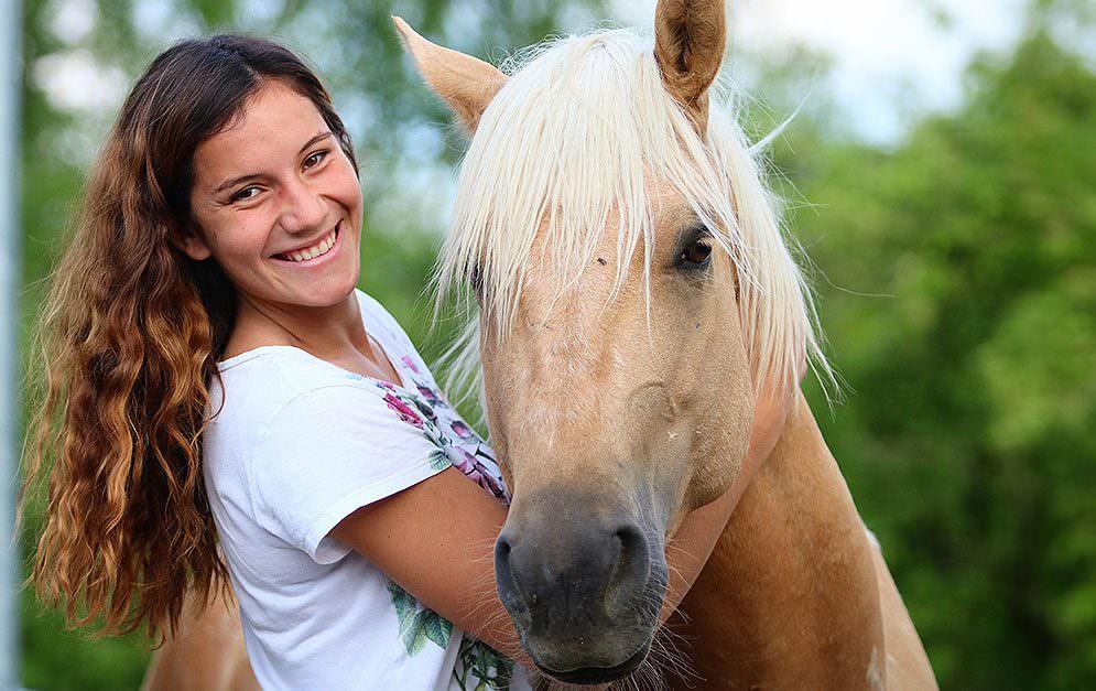 Emilia Schlotterbeck war eine der jüngsten TrainerInnen des Mustang Makeover 2018 und erschien mit Spirit im Vaquero-Look.