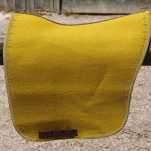 Wie schlägt sich eine Filz-Satteldecke im Gegensatz zu herkömmlichen Satteldecken? Wir haben eine Filz-Satteldecke der Reitmanufaktur ausprobiert.