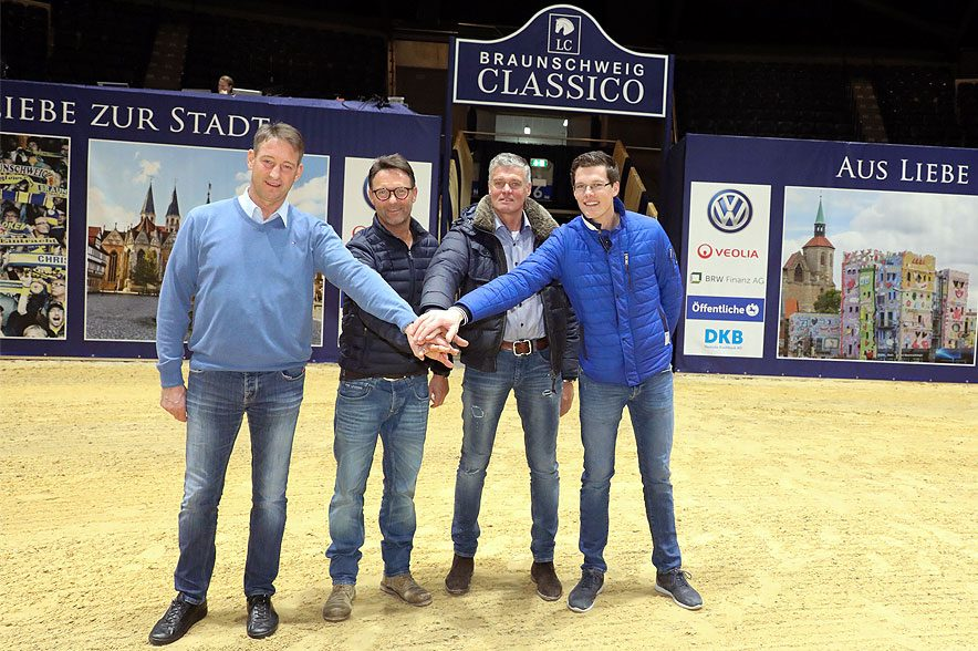 Es geht los! Sportlicher Berater Franke Sloothaak, Turnierleiter Axel Milkau, Hilmar Meyer und Harm Lahde. © ACP-Fotografie-Pantel.de
