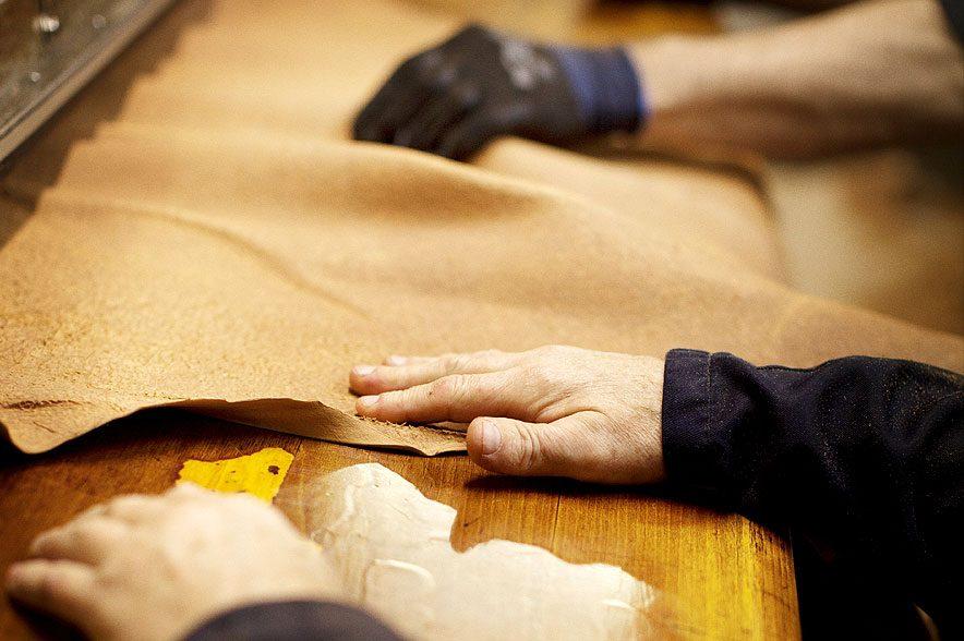 Kleine Gerbereien in Skandinavien betreiben die Lederherstellung noch als Handwerkskunst. Diese langjährige Erfahrung macht die Lederqualität von Hillbury so besonders. © Hillbury