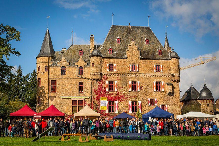 Die Outdoor-Equitage auf Burg Satzvey sind alles andere, als eine Reitsportmesse im klassischen Sinn. © Mike Göhre, der Fotoschmied