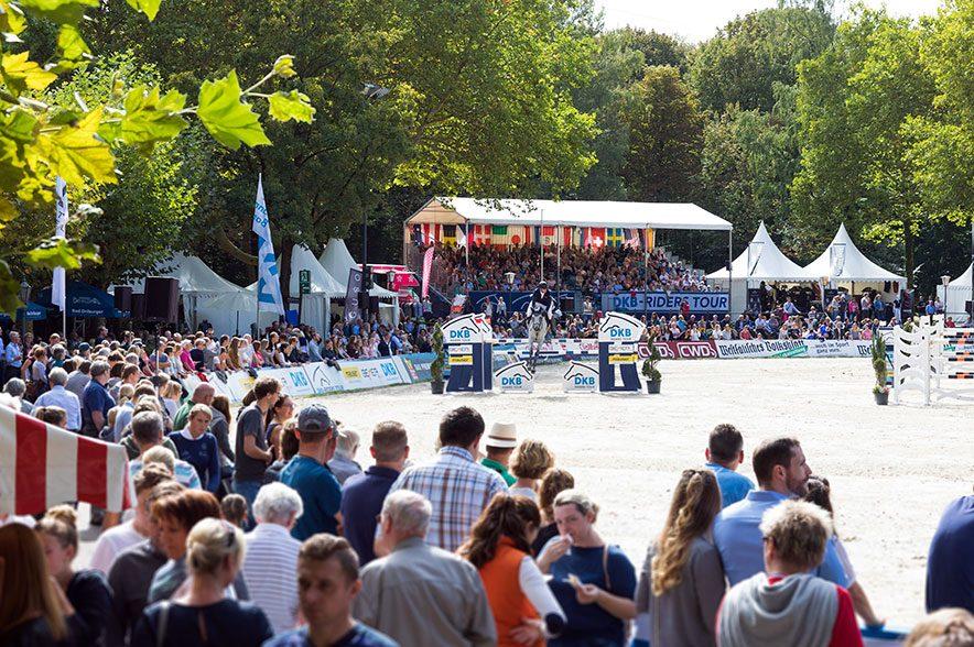 Ankündigung der OWL Challenge 2019 in Paderborn. Auf dem internationalen Reitturnier erwartet die Zuschauer Spitzensport unter freiem Himmel. © Thomas Hellmann