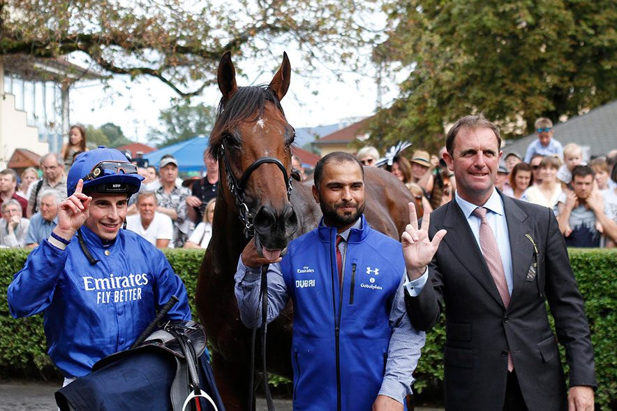 Ghaiyydat, der Gewinner des Longines Grosser Preis von Baden, mit seinem Pfleger Qadeer Mohammed (Mitte), Jockey William Buick (links) und Trainer Charles Appleby (rechts). © Baden Racing