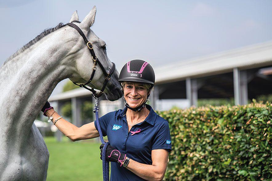 Viele prominente Reiterinnen unterstützen den Kampf gegen Brustkrebs - so auch Ingrid Klimke. © uvex
