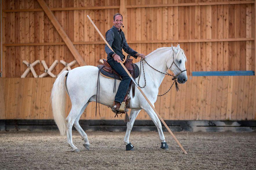 Alex Zell ist es wichtig das Pferd nachhaltig auszubilden, sodass man auch im hohen Alter noch viel Spaß mit seinem Vierbeiner hat.