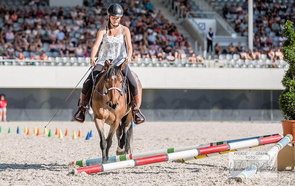 Betty Merkel widmet sich einer schonenden, ruhigen und fairen Pferdeausbildung. Mit der Mustangstute Sheela hat sie das tolle Ergebnis davon gezeigt.
