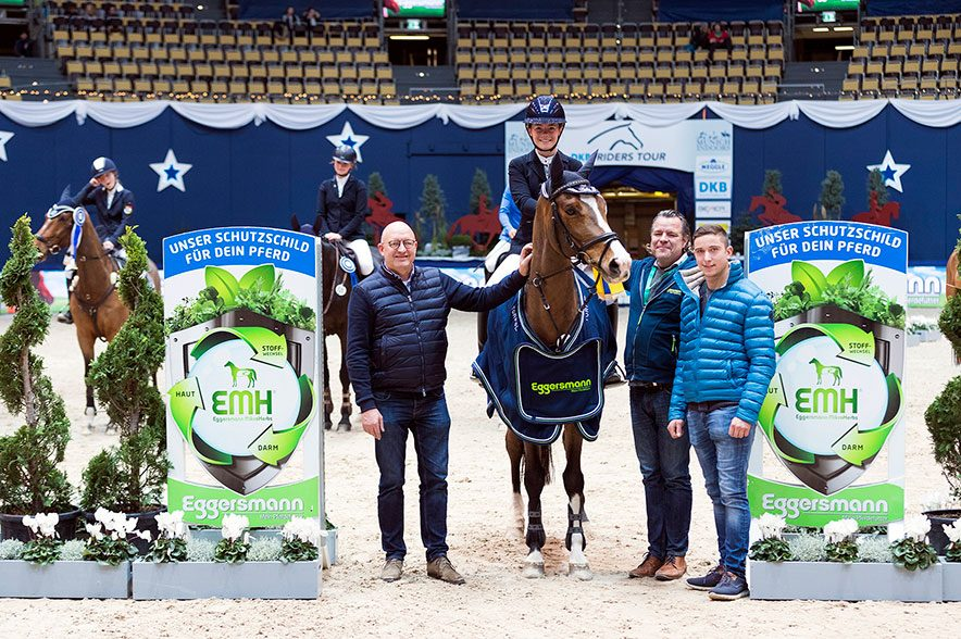 Verena Haller und Con-Kolibri siegten 2018 im Finale des Eggersmann Junior Cup. Turnierchef Volker Wulff (l.) freut sich schon auf das diesjährige Finale. © Thomas Hellmann