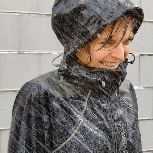 Sicherheit, Komfort und Style – so werden die Jacken von Showers Pass beschrieben. Aber halten sie auch, was sie versprechen?