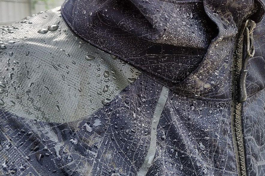 Regendichte Herbstjacke? Eine PFC-freie DWR-Beschichtung (durable Water Repellent) sorgt bei dieser Jacke für den Abperleffekt.