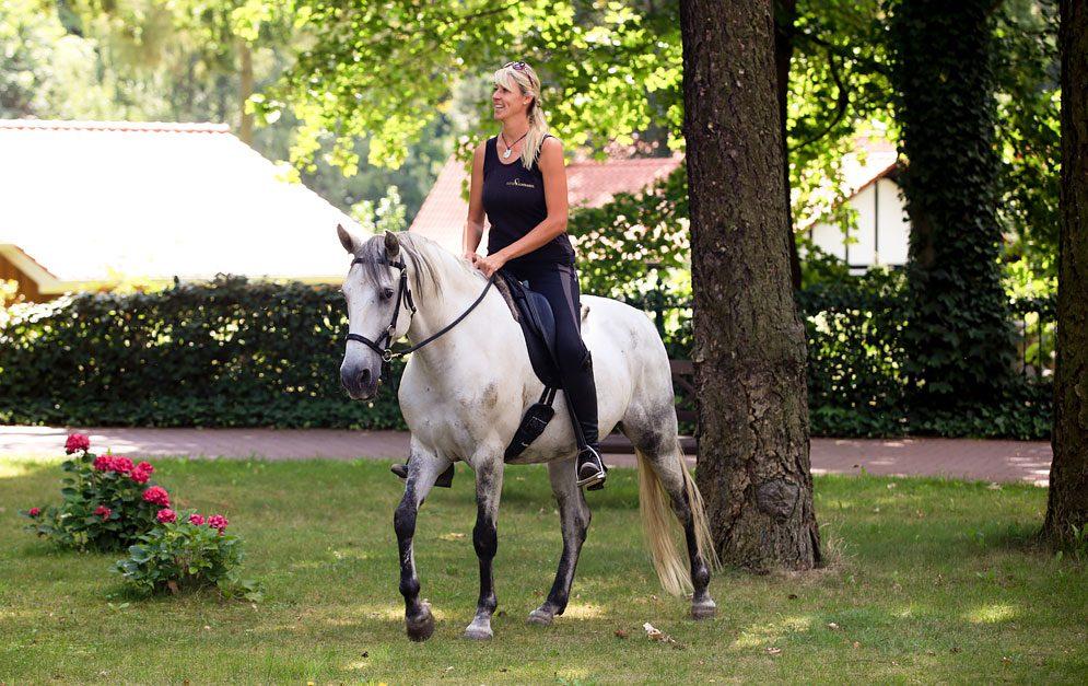 """Katja Schnabel: Der neue VOX """"Pferdeprofi"""". Wir wollten mehr über die blonde Trainerin wissen und haben bei unserem Interview kein Blatt vor den Mund genommen. © Katja Schnabel"""