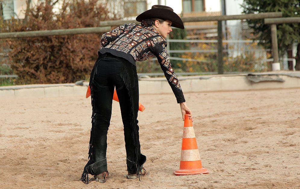 """Bei der """"Kompassnadel"""" handelt es sich um eine Übung, mit der das Reiten enger Wendungen trainiert wird. Geschult werden dabei Stellung und Biegung im Wechsel mit dem Geraderichten des Pferdes in Kombination mit einer häufigen Richtungsänderung..jpg"""