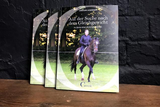 Im neuen Buch von Christoph Ackermann kritisiert der Autor die aktuellen Zustände im Reitsport, erklärt, was falsch läuft und wie's richtig geht.