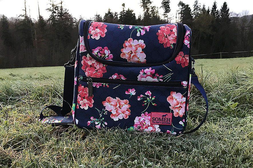 Gut aussehen kann die Tasche. Wer nicht so auf Blumen steht, hat im Shop auch noch einige gedeckte Taschen zur Auswahl.